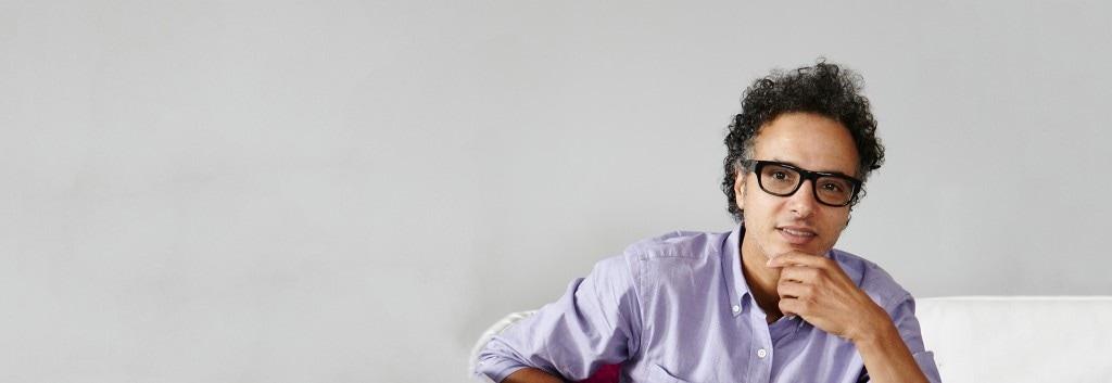 Siyah gözlükleriyle doğal içerik uzmanı Jamal'ın fotoğrafı.
